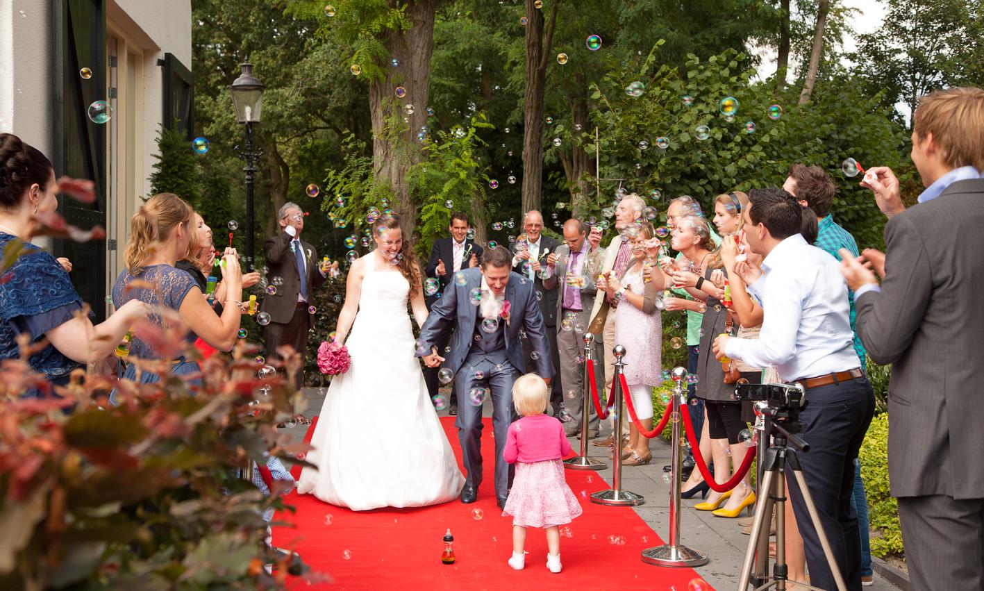 Koetshuis_zijkant_rodeloper_bruid.jpg
